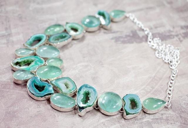 Akvamarínovú farbu môžete využiť aj vo forme šperkov