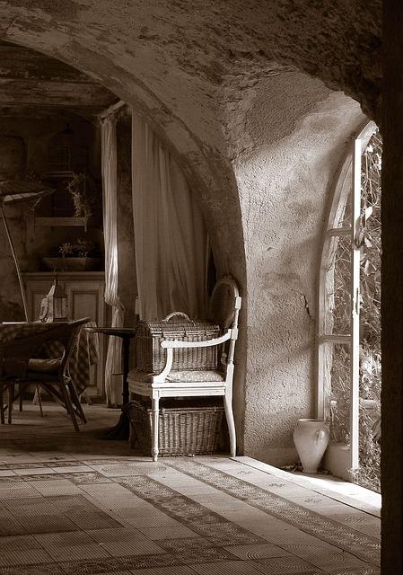 Steny môžu pôsobiť ošarpane a staro, čo im pridá na kráse čias