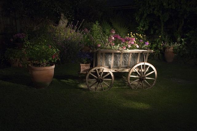 Populárny exteriérovým dekoračným prvkom, ktorý zapadá do slovenského vidieka je drevený voz s kvetmi