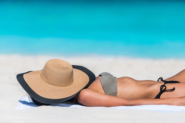 Slamený klobúk na pláži