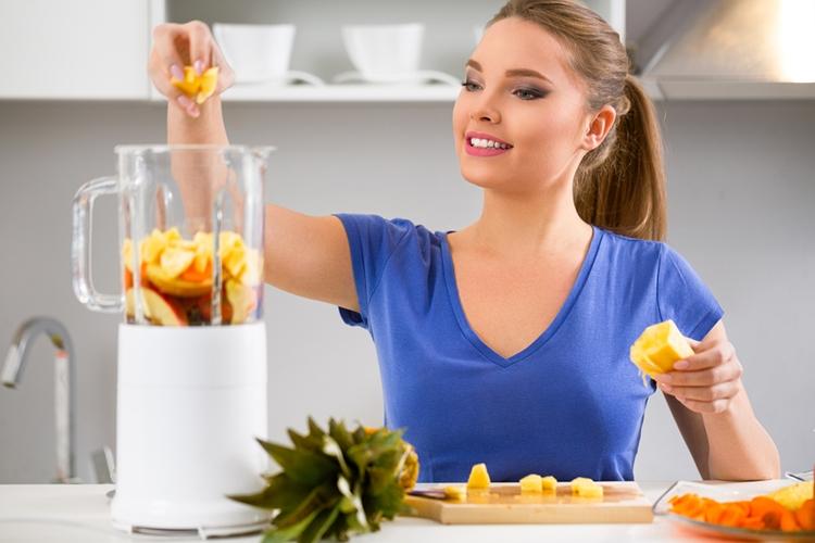 Žena pripravuje smoothie