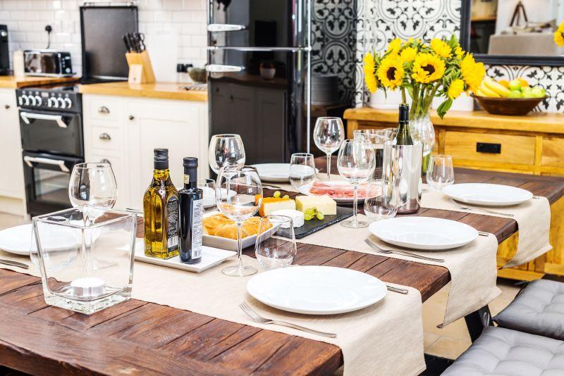 Prestretý jedálenský stôl
