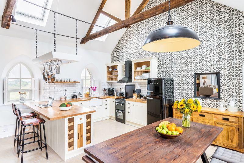 Obývačka prepojená s kuchyňou v bývalej sakristii