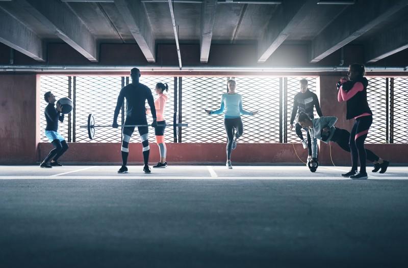 Ľudia cvičiaci v telocvični.