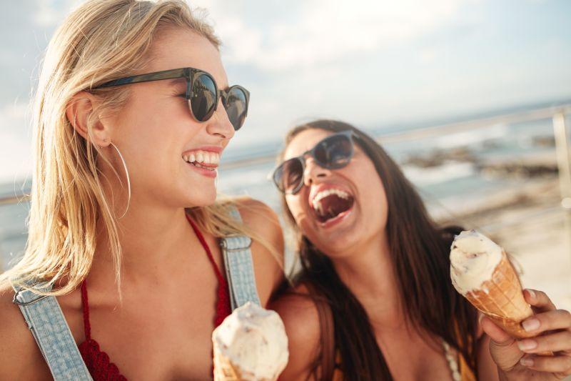 Smejúce sa ženy so zmrzlinou.