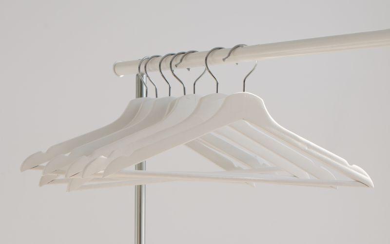 Biele vešiaky na stojane